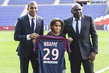 Mbappé idole des jeunes, ici avec son frère
